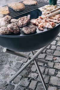Přenosný gril Höfats Bowl s trojnožkou, polovinou grilovacího roštu a jednou plotnou Plancha