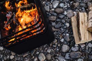 gril na dřevěné uhlí Höfats Cube Corten